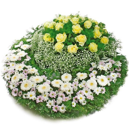 wieniec ostatnie pożegnanie, wieniec pożegnalny z żółtymi różami, gipsówką, gerberą, zielenią dekoracyjną i podkładem z igliwii