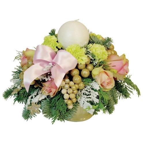 kwiaty w ceramicznym naczyniu, kompozycja świąteczna z różowymi różami i goździkami i świecą, różowa wstążka