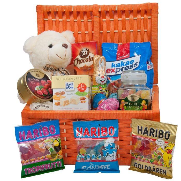 Koszyk Małolata, pluszowy miś ze słodyczami, skrzynka ze słodkościami i maskotką