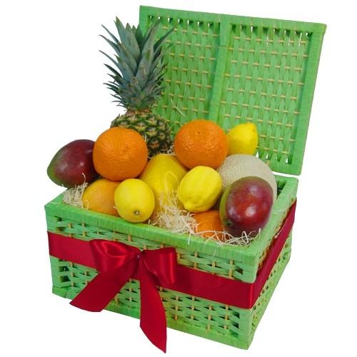 Kosz z owocami, owoce cytrusowe w zamykanym koszu wiklinowym