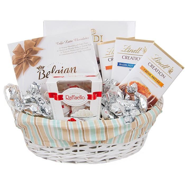 Koszyk srebrzysty, koszyk wypełniony śliwkami w czekoladzie, koszyk z czekoladkami i rafaello
