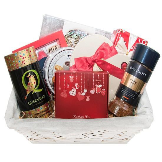 Matczyne ciepło, jasny koszyk z kawą herbatą i czekoladkami, wiklinowy koszyk prezentowy