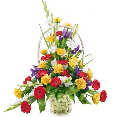 kompozycja kochajmy się, kompozycja kwiatów, róże, gerbery, irysy, zieleń dekoracyjna, kompozycja w wiklinowym koszu z pałąkiem