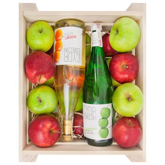Skrzynka jabłek z cydrem, czerwone i zielona jabłka z cydrem w drewnianej skrzynce