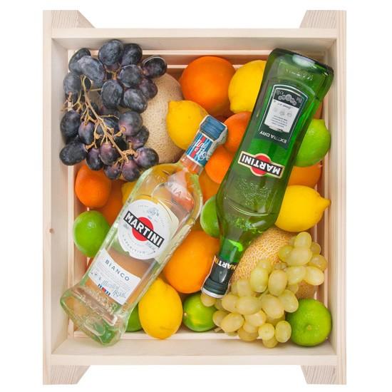 Skrzynka owoców z Martini, dwie butelki włoskiego martini z owocami w drewnianej skrzynce