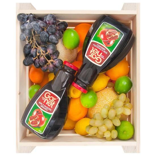 skrzynka owoców z sokiem, skrzynka owoców, dwie butelki soku, prezent z owocami