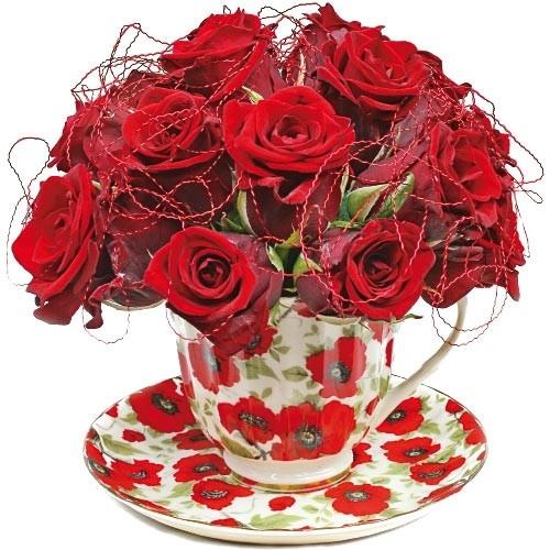 kompozycja miłosny nektar, czerwone róże w dużej filiżance z drucikiem dekoracyjnym