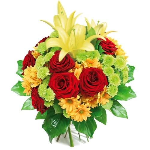 kwiaty samych sukcesów, bukiet z róż margaretki santini i lilii otoczony zielenią dekoracyjną