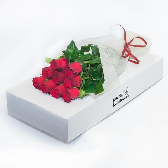 9 czerwonych róż leżących na pudełku, kwiaty w pudełku