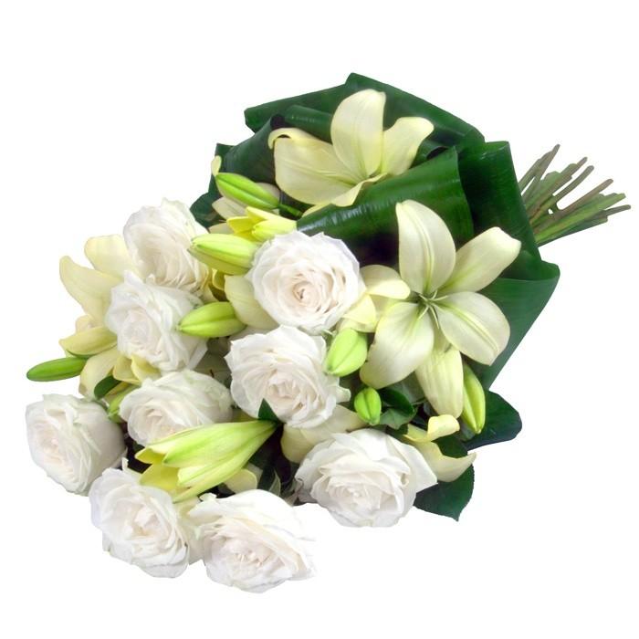 Kwiaty Delikatne, biały bukiet kondolencyjny, białe róże i lilie w wiązance pogrzebowej