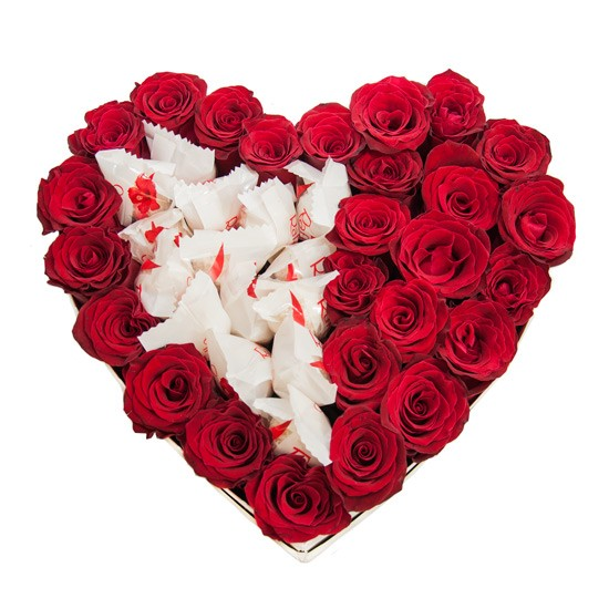Czerwone róże w białym pudełku w kształcie serca z Rafaello