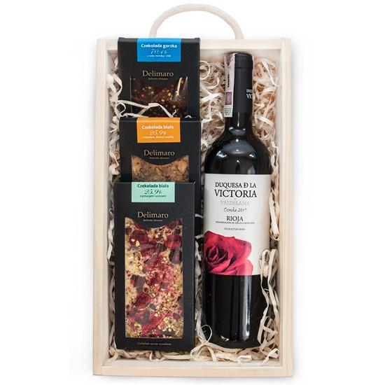 Słodka skrzynka, czerwone wino i ręcznie robione czekolady w drewnianej skrzynce