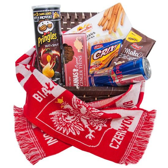 Zestaw kibica, kosz prezentowy z przekąskami i biało czerwonym szalikiem