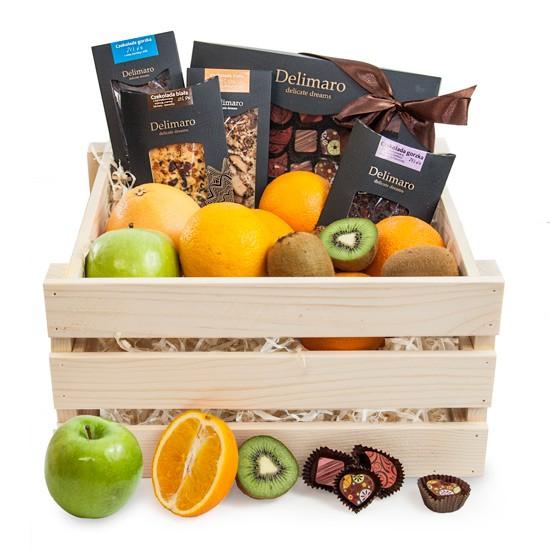 Skrzynka delimaro, owoce i czekoladki i czekolady delimaro w drewnianej skrzynce