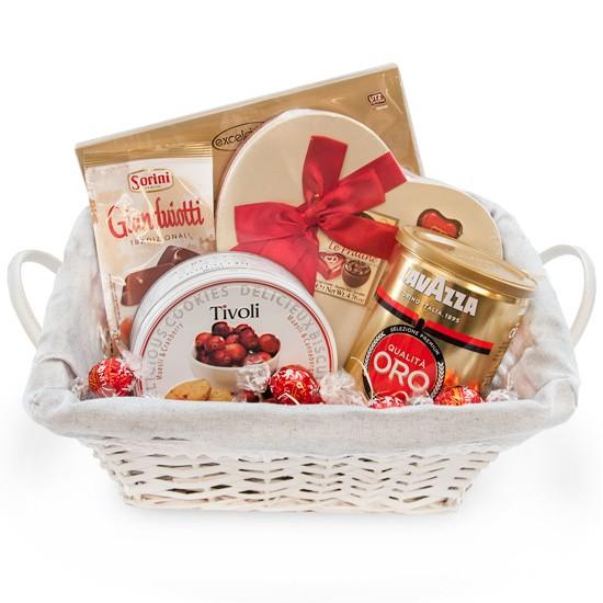Prezent od serca, kawa mielona z ciastkami żurawinowymi i pralinami w koszyku