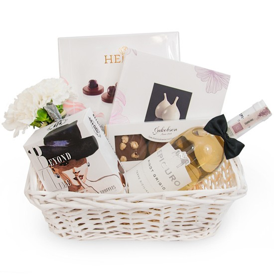 Koszyk Nowożeńców, biały koszyk wiklinowy ze słodyczami, kwiaty i wino w prezencie