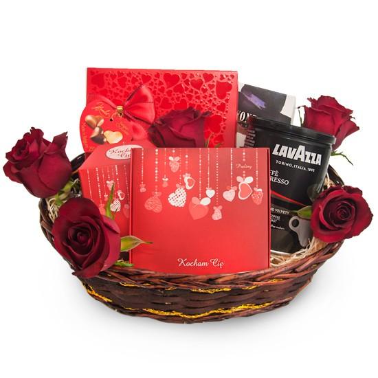 Prezent dla Ukochanej, praliny i trufle razem z kawą, słodycze z różami w wiklinowym koszyku