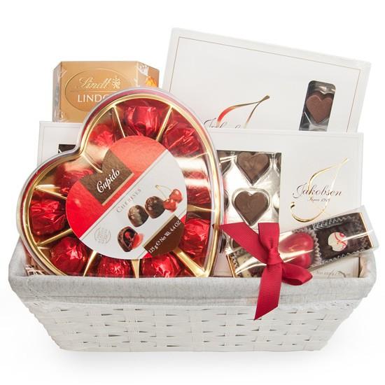 Serdeczny prezent, wiklinowy koszyk z czekoladkami jakobsen, wiśnie w czekoladzie i praliny lindor