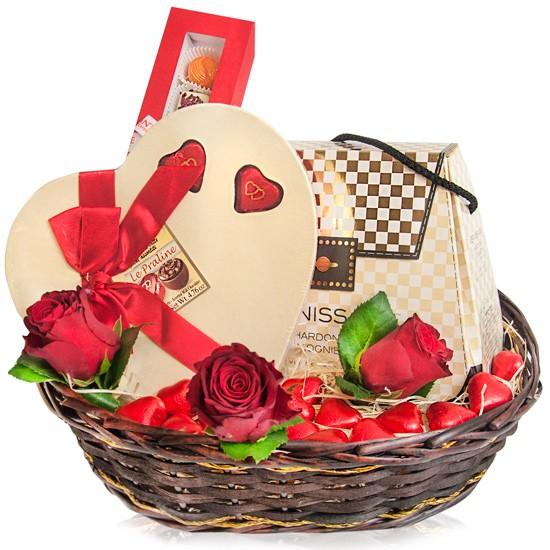 Koszyk dla Damy, koszyk wiklinowy z winem i czekoladkami, zestaw wina czekoladek i róż