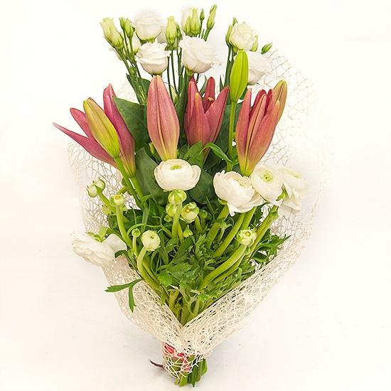 Bukiet Kwiecista Korona, białe eustomy i jaskry, bukiet lilii i białych kwiatów w siatce florystycznej