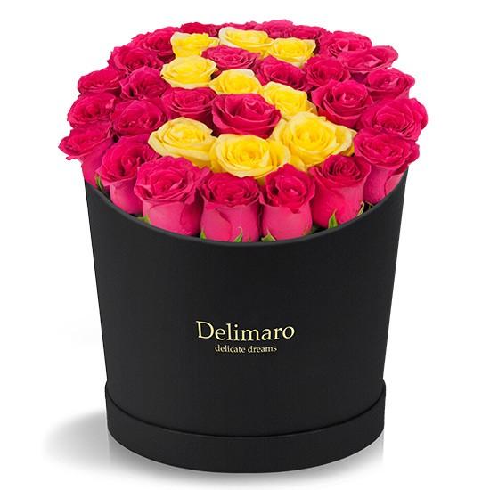 Litera z róż w czarnym pudełku, czerwone i żółte róże w okrągłym pudełku