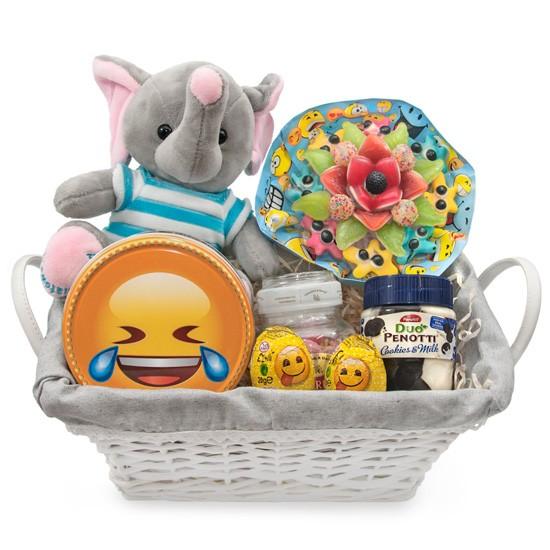 Kosz dla wesołego chłopca, kosz wiklinowy ze słodyczami i maskotką, bukiet żelkowy ze słonikiem i słodkościami w koszyku