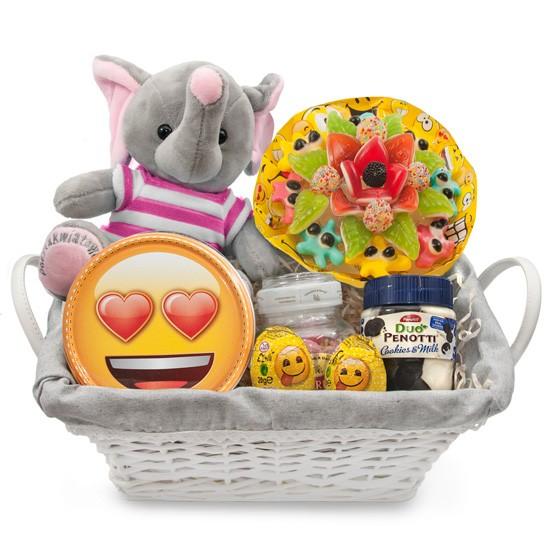 Kosz dla uroczej dziewczynki, różowy słonik z bukietem żelkowym w koszyku wiklinowym