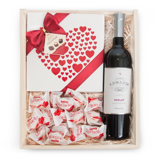 Cupid with engraving, lunar wine with pralines and reefaello in engraved box