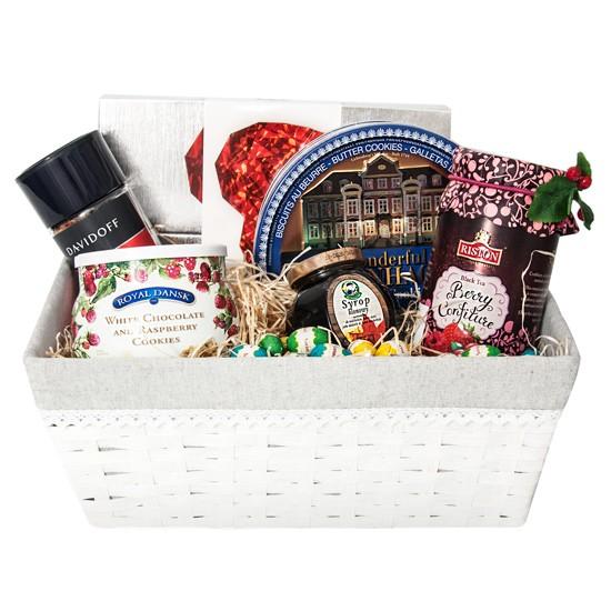 Koszyk na Wielkanoc, prezent z ciastkami herbatą i czekoladkami