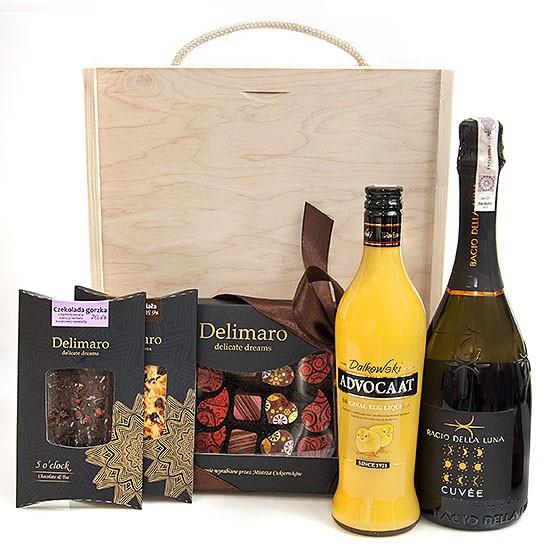 Pocałunek Księżyca, ręczni erobione czekolady i czekoladki delimaro, adwokat i wino musujące w drewnianej skrzynce