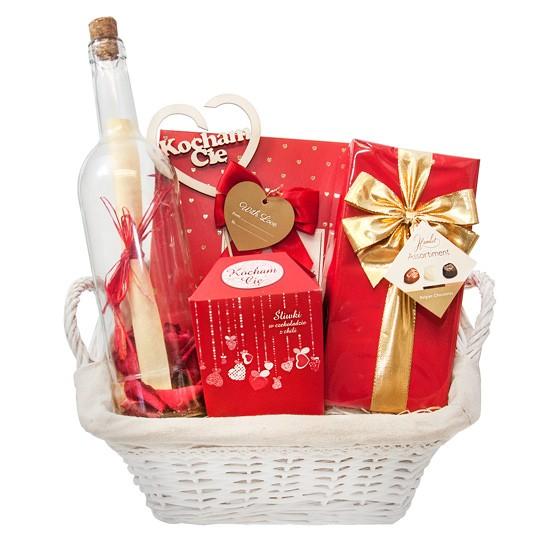 Romantyczny prezent, kosz prezentowy z czekoladkami i śliwkami w czekoladzie, list w butelce