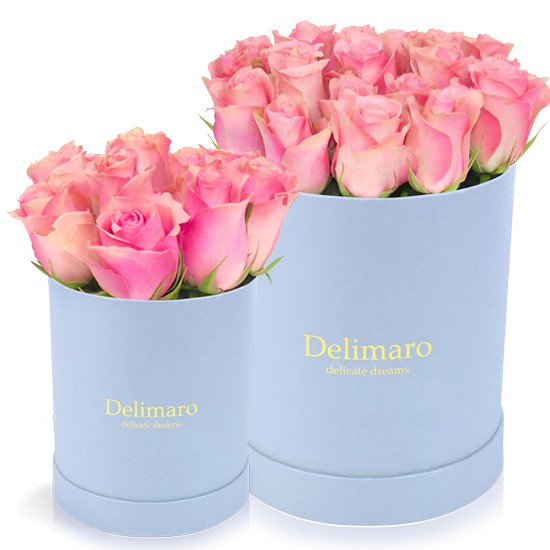 Różowe róże w błękitnym pudełku, błękitne pudełko okrągłe, róże w pudełku