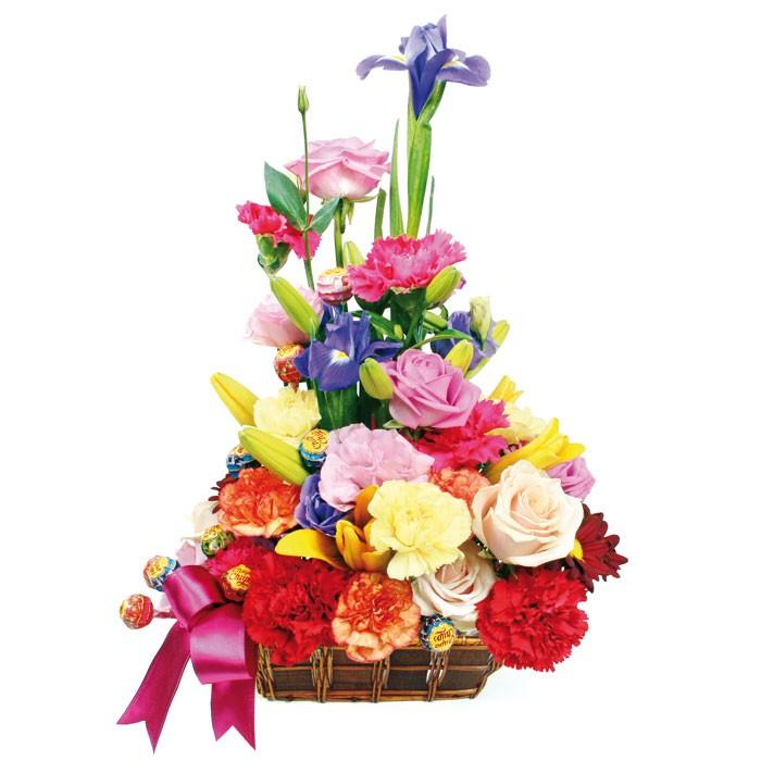 kompozycja uroczyste powitanie, róże, lilie, goździki, margaretki, irysy i lizaki w ozdobnym koszyku z różową wstążką