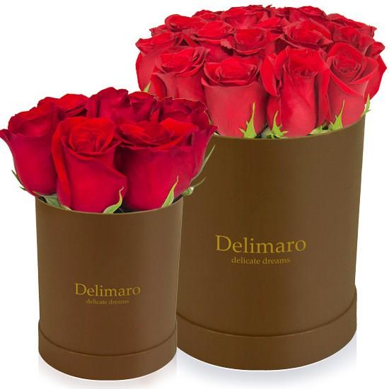 Czerwone róże w złotym pudełku