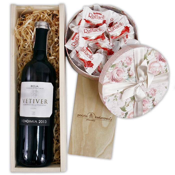 Słodki zestaw Rafaello, wino w drewnianej skrzynce ze słodyczami, białe wino z rafaello