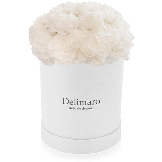 Białe goździki w pudełku białym, biały flowerbox, białe kwiaty