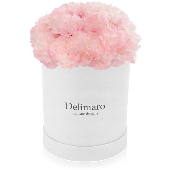 Różowe goździki w białym pudełku, kwiaty w pudełku, biały flowerbox