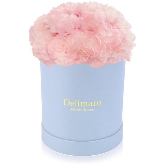 Różowe goździki w błękitnym pudełku, kwiaty w błękitnym pudełku