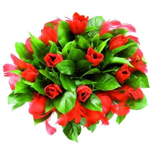 Bukiet tulipanów z piórkami, kwiaty z czerwonymi piórkami, czerwone tulipany z dekoracją