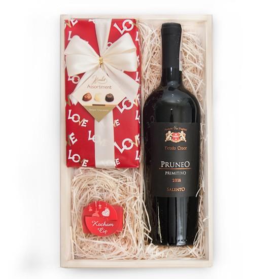 Skrzynka Zakochanych, drewniana skrzynka z winem i czekoladkami, wino pruneo