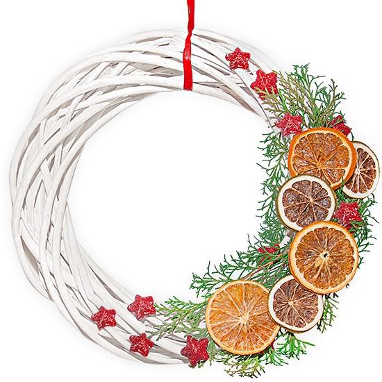 wieniec świąteczny wesoły nam, biały wianek z ozdobami, gwiazdki, limonki, pomarańcze, gałązki żywotnika