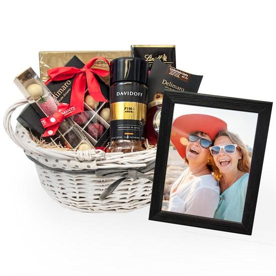Prezent ze zdjęciem, kosz prezentowy z kawą i słodyczami, ramka ze zdjęciem