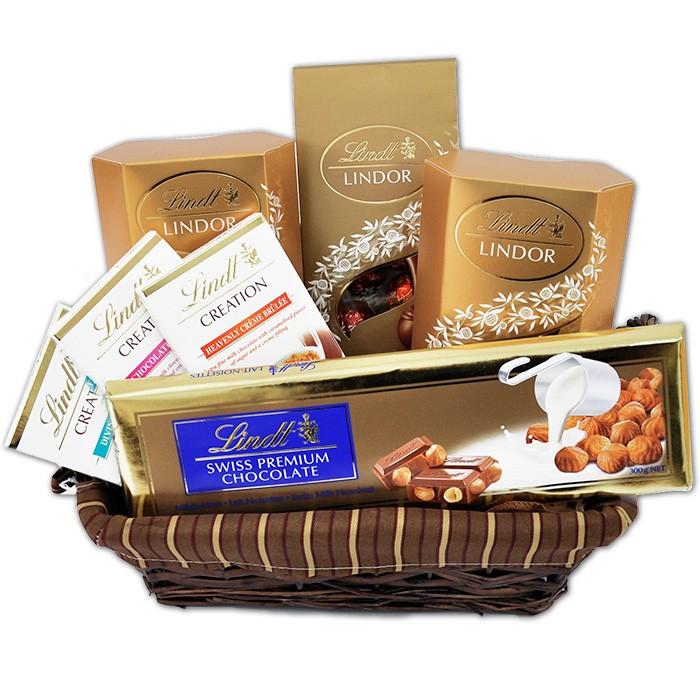 Zestaw Lindt, czekolady lindt w koszyku, wiklinowy koszyk słodyczy lindt