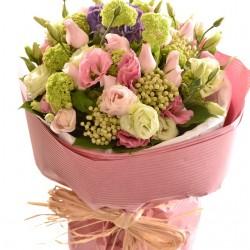 Bukiet pastelowych różowych kwiatów ciętych