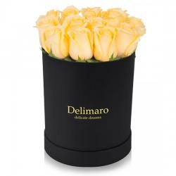 Żółte róże w czarnym pudełku