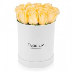 Żółte róże w białym pudełku