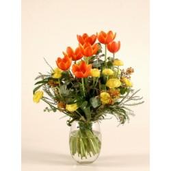 Bukiet pomarańczowe i żółte tulipany i jaskry