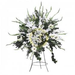 Wieniec pogrzebowy stojący z białymi kwiatami