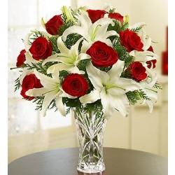Kompozycja z czerwonych róż i białych lili w wazonie