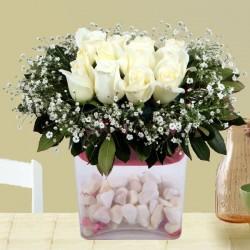Białe róże z dekoracją